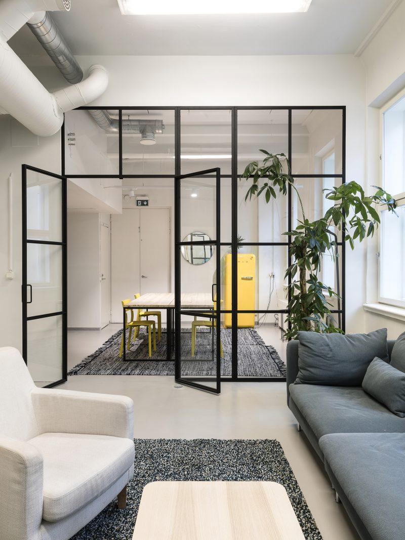 sisustus, koti, sisustaminen, lasiseinä, ristikkoseinä, metalliristikko, seinäke